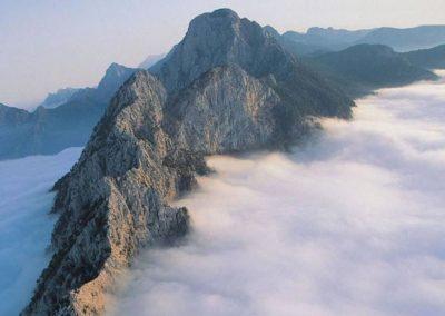 kemer tahtalı dağı bulutlar arasında